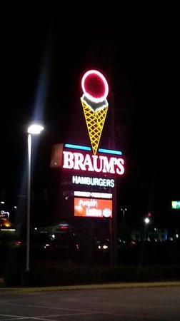 Sign at the entrance of Braum's