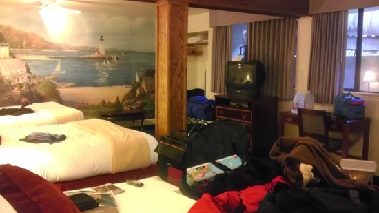 Colton Inn: Not pictured is the closest queen bed, fridge, microwave, table & chairs.