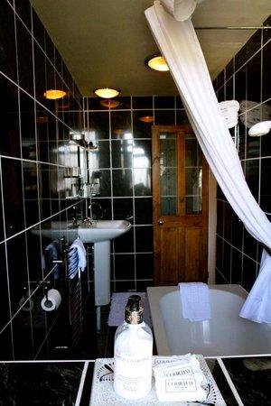 Beaches Guest House: Bathroom