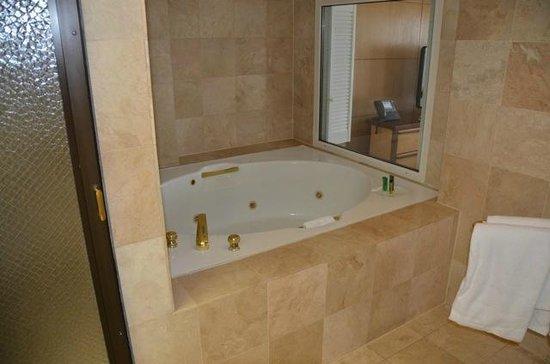 Hilton Guam Resort: Main Tower Suite Bath