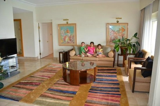 Hilton Guam Resort & Spa: Main Tower Suite Living