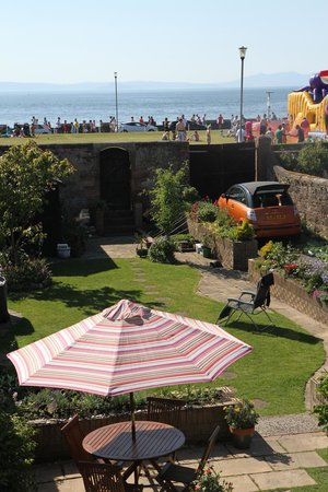 Beaches Guest House: Garden leading onto seafront