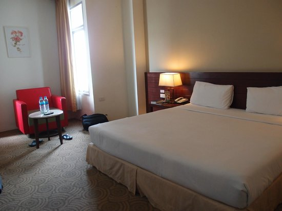 Golden Crown Plaza: Room