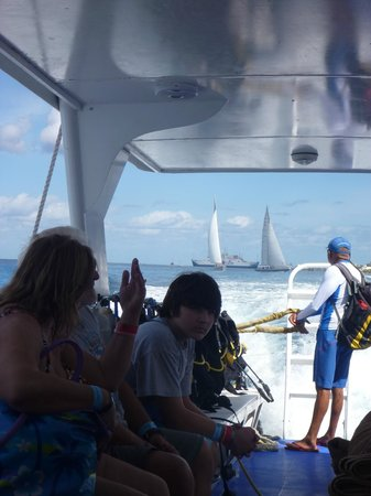 Paradise (Paraiso) Reef: Aqua World Scuba boat to their pier
