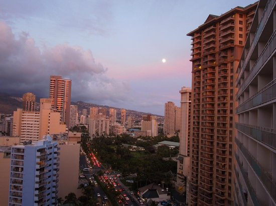 Ilikai Hotel & Luxury Suites: Moonrise city view from my lanai.