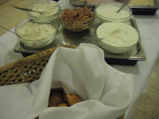 Austrian Hospice: 暖かい料理はないけど、チーズ、ハム、豊富な野菜とフルーツ