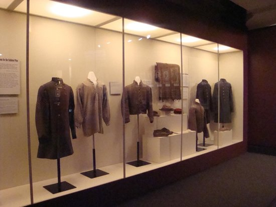 The White House and Museum of the Confederacy: Great uniforms and weaponry exhibits.