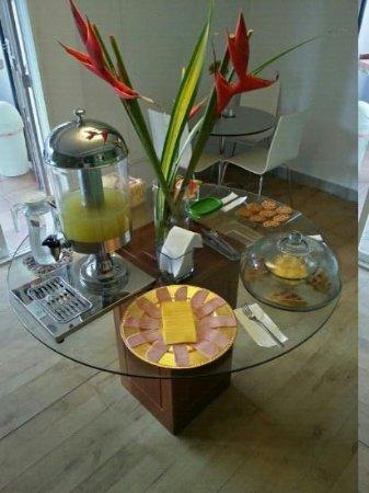 Lemon Inn Panama: Area de desayuno. En esta mesa colocan la mayoria de la comida, siempre la estan reponiendo.