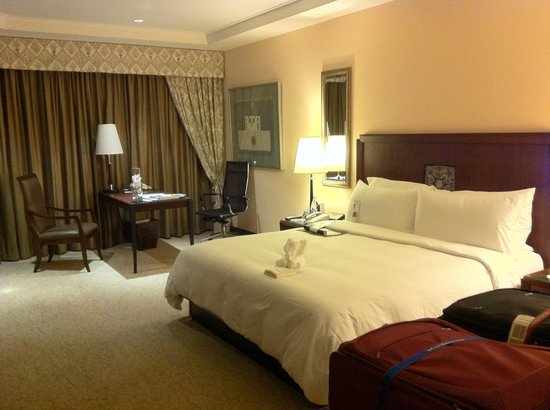 Plaza Athenee Bangkok, A Royal Meridien Hotel: Our bedroom
