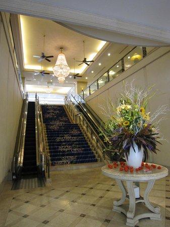 Numazu Riverside hotel: エントランスから2Fフロントロビーへ