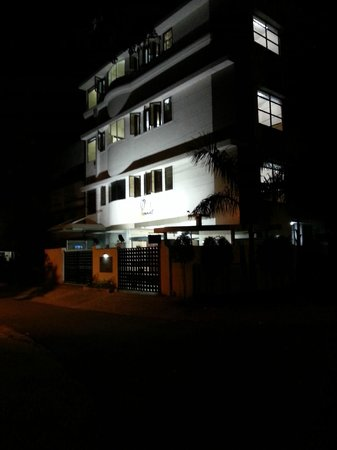 OYO 9043 Peanut Inn: Peanut Hotel at night