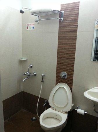 OYO 9043 Peanut Inn: Bathroom