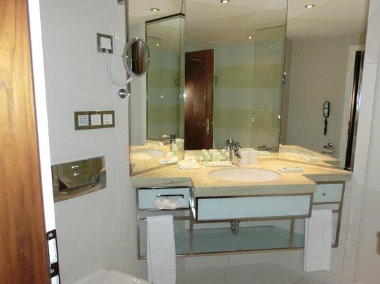 The Westin Grand Berlin: バスルームは明るくて良いです