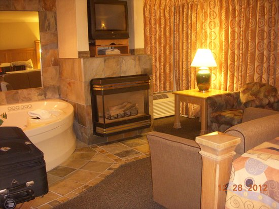 Best Western Plus Lincoln Sands Oceanfront Suites: Fireplace, and jacuzzi tub