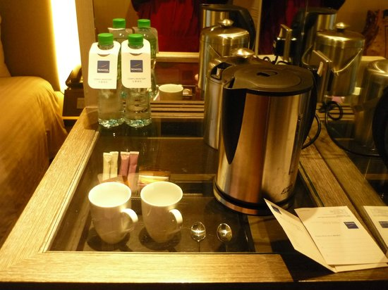 Novotel Hong Kong Nathan Road Kowloon: Complimentary bottled water and coffee/tea-making facilities