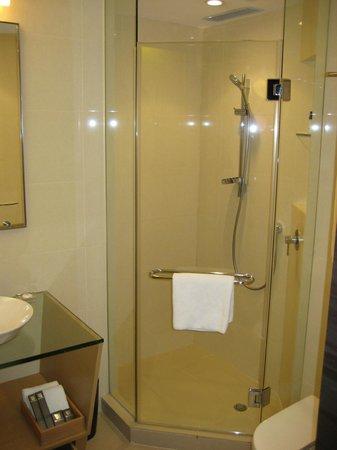 โรงแรมบัตเตอร์ฟลาย ออน พรัท บูติค: バスなし、シャワーの力は微妙