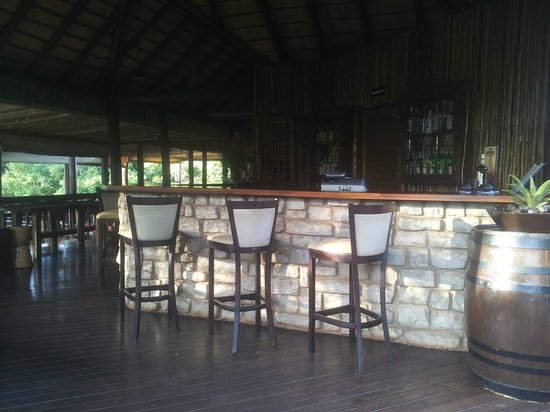 Zululand Tree Lodge: Bar, lounge area and dining