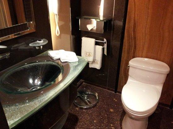 Lisboa Hotel: bath room