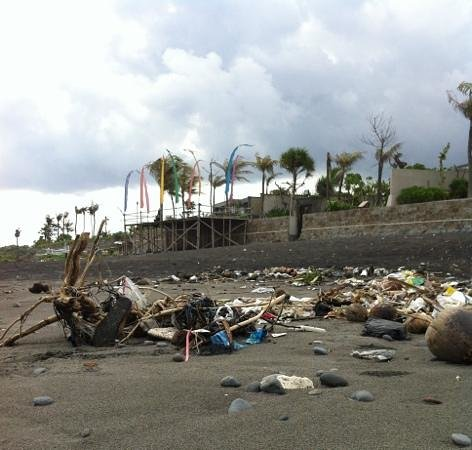 Pandawa Beach Villas & Spa : so...this is the beach in Pandawa V&S! max trash!