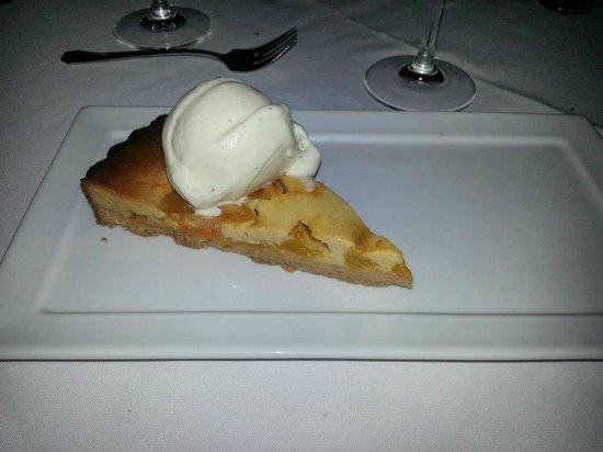 Red Clover Inn & Restaurant: Spelt Crust Lime Apricot Glazed Peach Torte with French Vanilla Ice Cream
