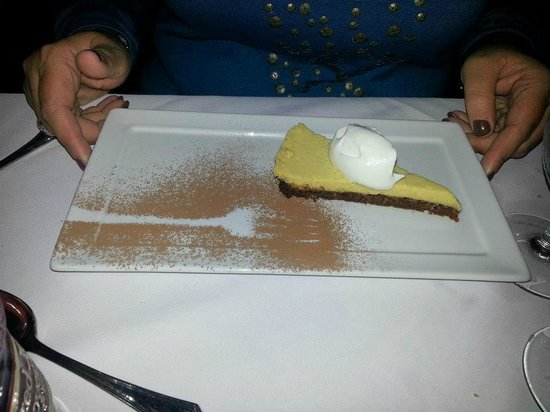 Red Clover Inn & Restaurant: Pineapple Key Lime Pie with Graham Cracker Walnut Crust Served with Vermont Whipped Cream.