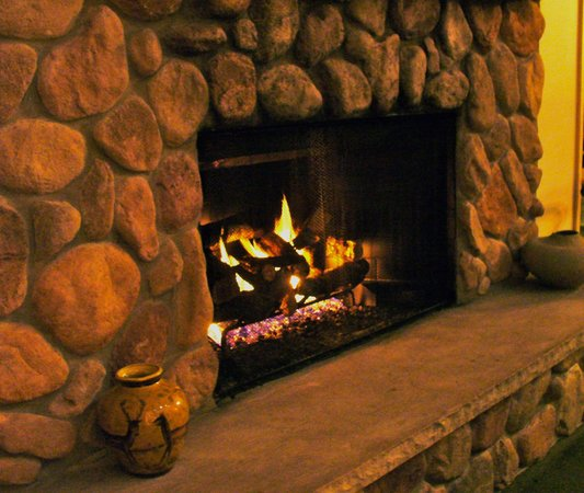Inns Of Geneva National: Main level fireplace