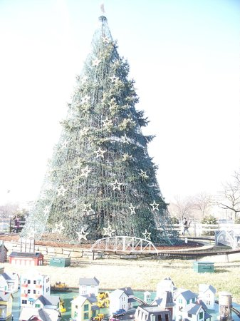 JW Marriott Washington, DC: National tree with a dozen different train sets