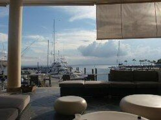 The Bannister Hotel & Yacht Club: Bar/Lobby View