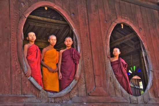 Inle Lake: Monks