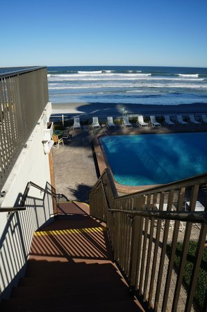 Oceanside Inn: Picture from 2nd floor deck looking down on pool/beach