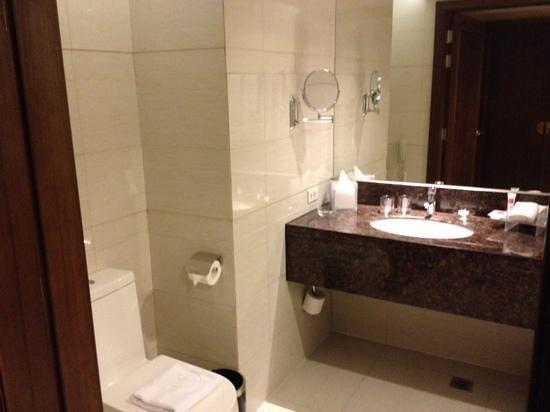 Ramada Manila Central: Bathroom