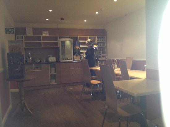 City Continental London Kensington: Breakfast Room, food station