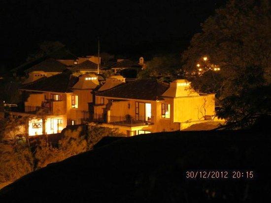 La Reunion Golf Resort & Residences: Vista nocturna del complejo de villas