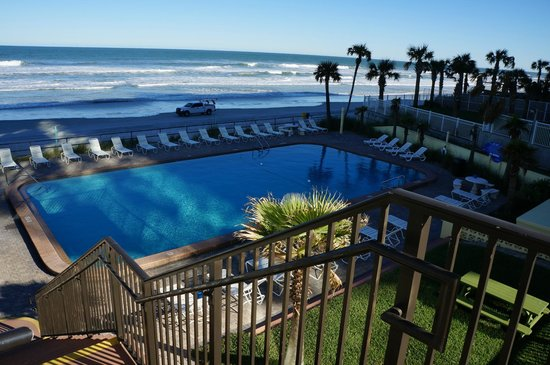 Oceanside Inn: Partial picture of 1st floor pool and beach, as taken from 2nd floor deck