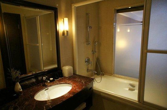 Grand Forward Hotel: バスルーム