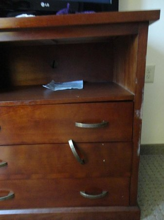 Staybridge Suites East Stroudsburg - Poconos: cabinet, handle falling off