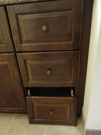 Staybridge Suites East Stroudsburg - Poconos: Bathroom drawer falling out