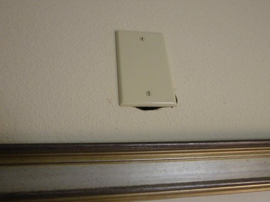 Staybridge Suites East Stroudsburg - Poconos: Plate to cover up hole in wall- not a very good job!
