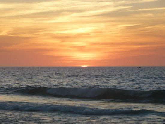 Hotel Mermoz on the beach: Coucher de soleil sur la plage face au bungalow