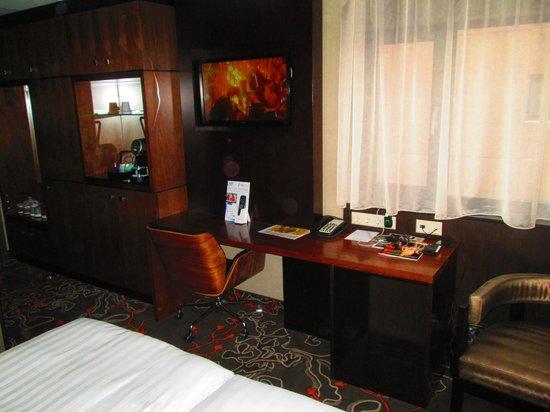 Hotel Golden Tulip Amsterdam West: TV & Desk