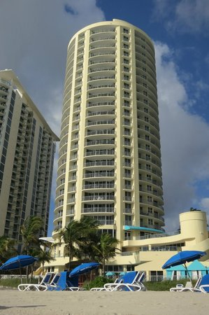 Doubletree by Hilton Ocean Point Resort & Spa - North Miami Beach: Beach view of hotel