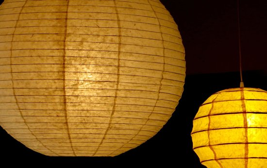 Adepta Hostel: Detalhe de luminária oriental na sala de convivência