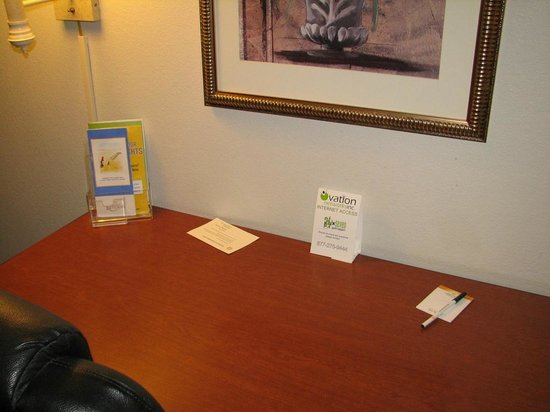Magnuson Hotel Hattiesburg: work desk / internet instructions