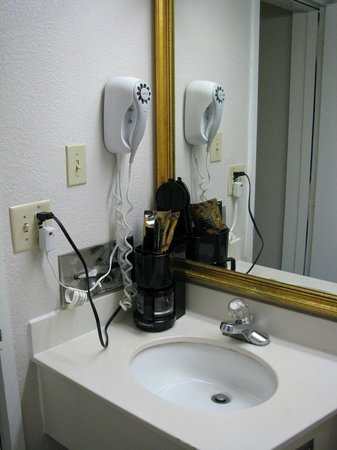 Magnuson Hotel Hattiesburg: Bathroom & coffeepot