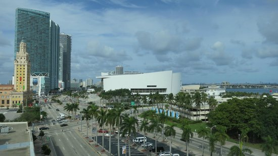 Holiday Inn Port of Miami Downtown: Looking north from our room toward American Airlines Aarena
