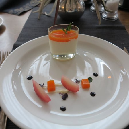 Hotel Krym: Way of serving (very tasty ) Goat Cheese in Restaurant Kursalon