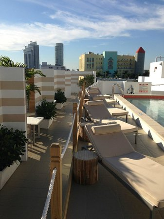 Sense Beach House: Rooftop pool lounge chairs