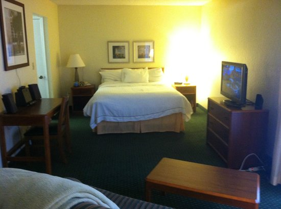 Hawthorn Suites by Wyndham Akron/ Fairlawn: Sleeping area if suite