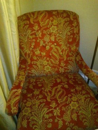 Larissa Imperial: Πολυθρόνα δωματίου. Άνετη αλλά πολυκαιρισμένη
