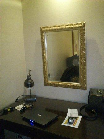 Larissa Imperial: Το γραφείο και ο καθρέφτης. Καλής ποιότητας έδειχναν
